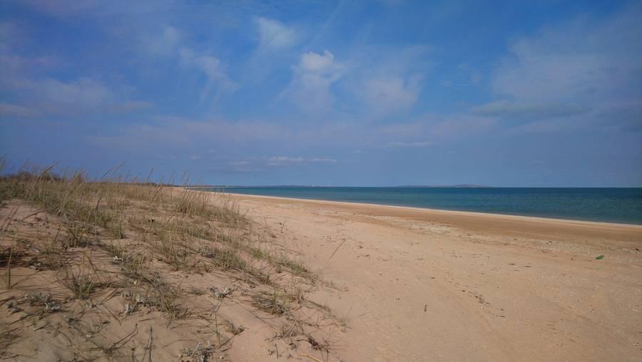 Многокилометровый безлюдный пляж в Нижнезаморском.